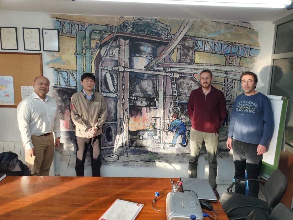 Membres de Yanmar i Comforsa a les oficines de Forjas de Cantabria durant la visita